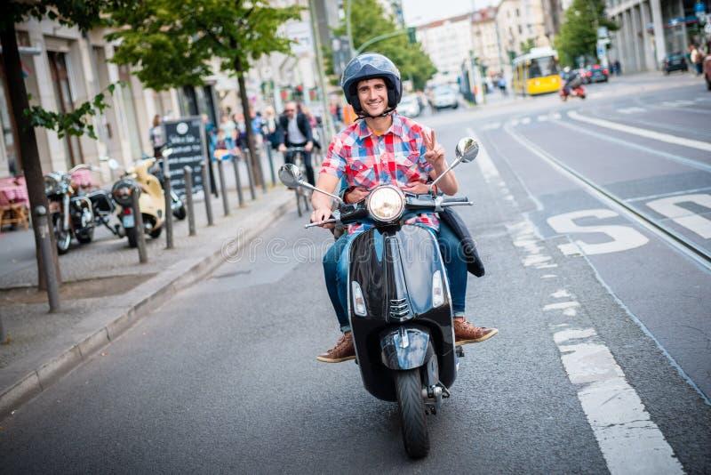 Motorista do 'trotinette' nas ruas de Berlim imagem de stock