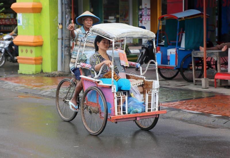 Motorista e passageiro de Becak em Makassar, Sulewesi imagens de stock