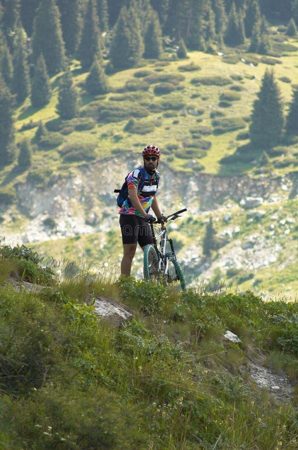 Motorista en montaña imagen de archivo