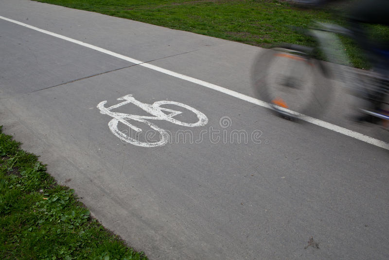Motorista en un camino biking en un parque fotos de archivo libres de regalías