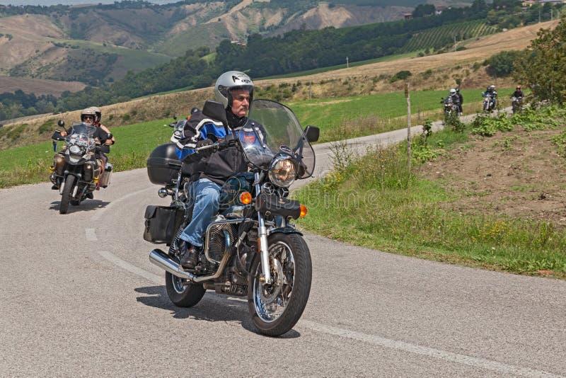 Motorista en un vintage Moto Guzzi Nevada foto de archivo libre de regalías