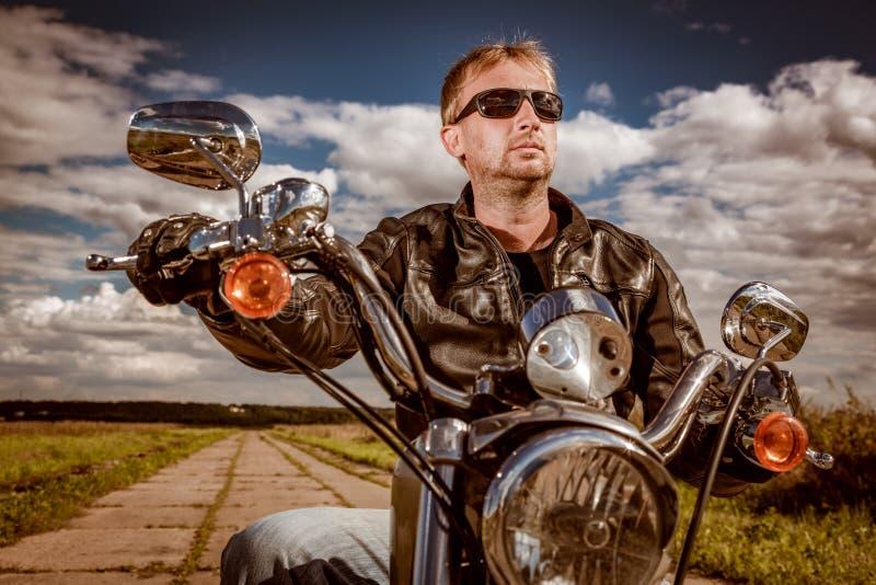 Motorista en una motocicleta fotos de archivo