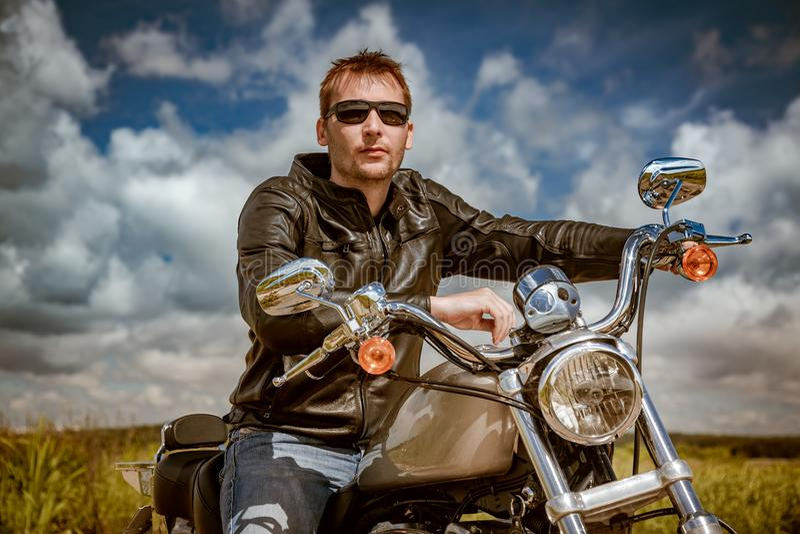 Motorista en una motocicleta imagenes de archivo