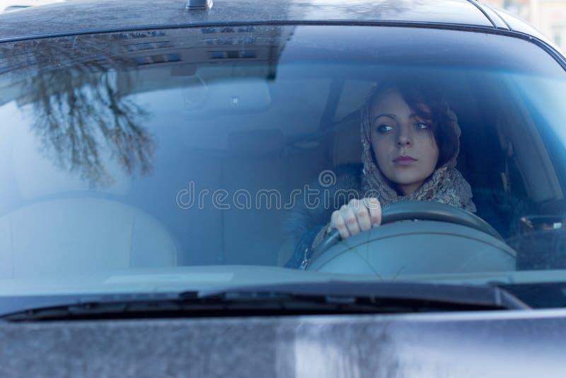 Motorista fêmea cuidadoso imagem de stock