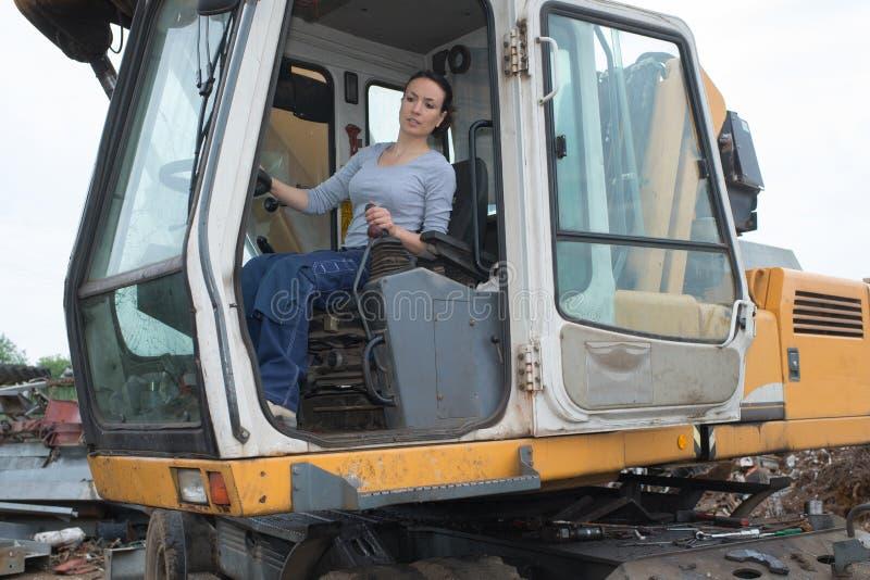 Motorista fêmea da construção nova no trabalho fotos de stock royalty free