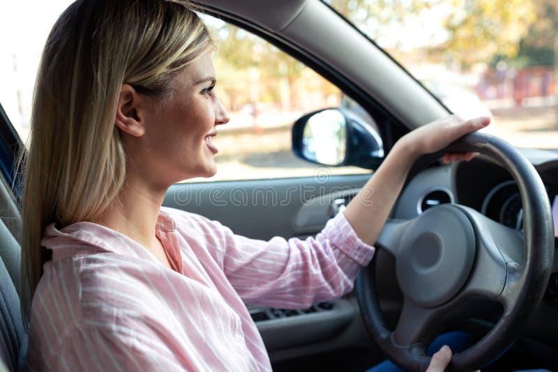 Motorista feliz que aprecia ao conduzir um carro imagens de stock royalty free