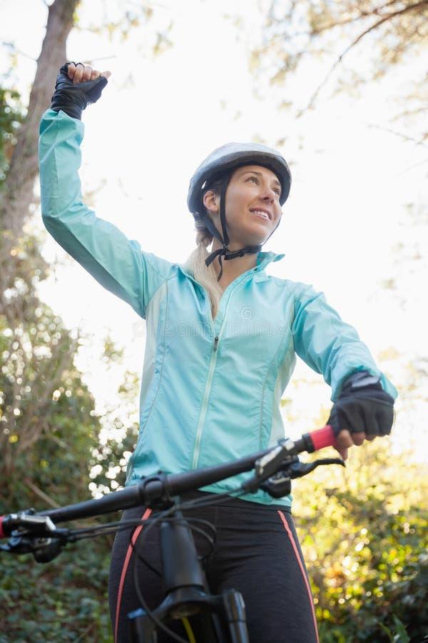 Motorista femenino emocionado de la montaña en bosque imagen de archivo libre de regalías