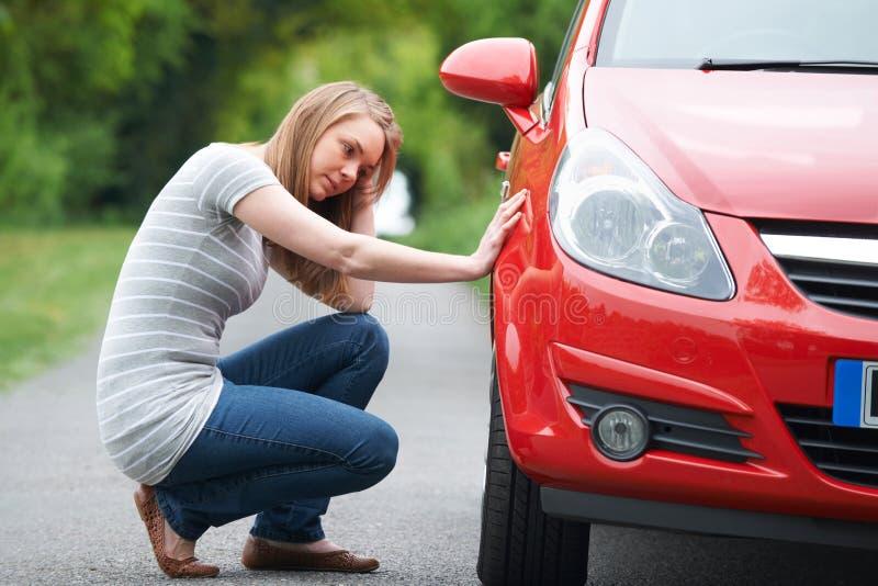Motorista femenino joven con puntura en la carretera nacional imagen de archivo