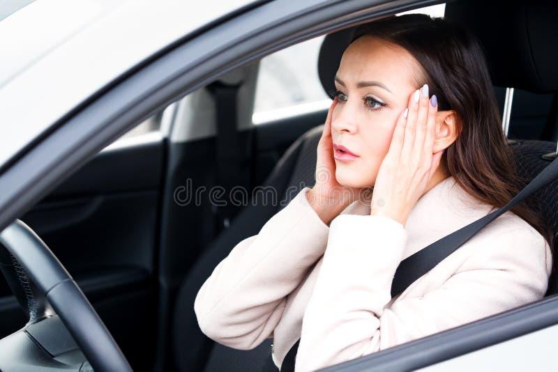 Motorista forçado da jovem mulher em um carro imagens de stock royalty free