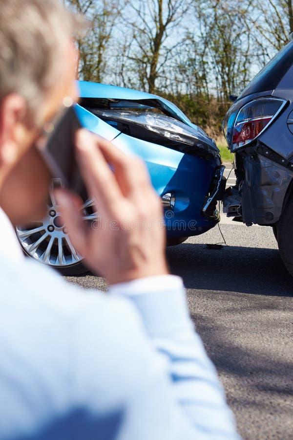 Motorista forçado Sitting At Roadside após o acidente de tráfico imagem de stock royalty free