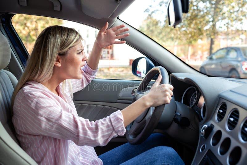 Motorista irritado que perde sua têmpera imagens de stock