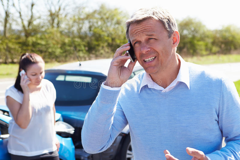 Motorista Making Phone Call após o acidente de tráfico fotografia de stock royalty free