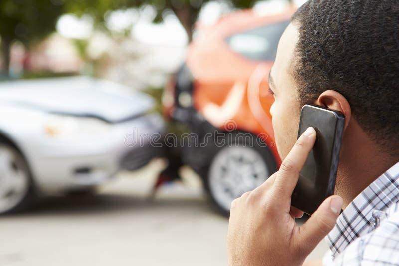 Motorista masculino Making Phone Call após o acidente de tráfico fotografia de stock