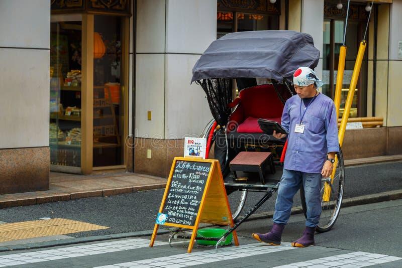 Motorista não identificado do riquexó em uma rua do bairro chinês de Yokohama imagens de stock royalty free