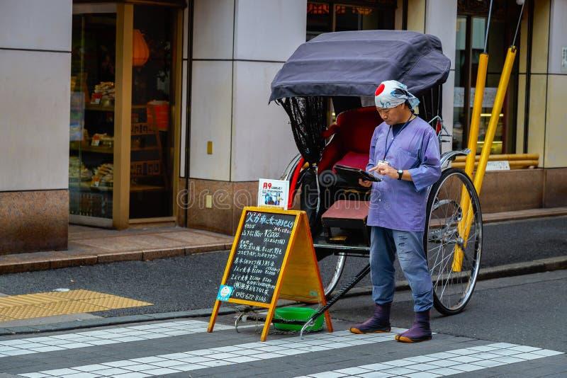 Motorista não identificado do riquexó em uma rua do bairro chinês de Yokohama fotos de stock
