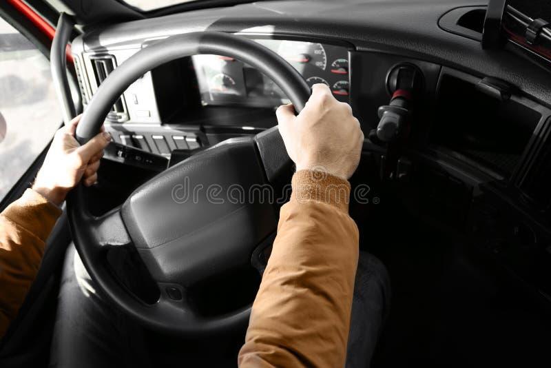 Motorista na cabine do caminhão moderno grande foto de stock
