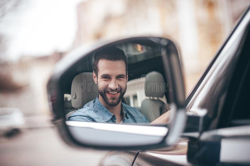 Motorista no espelho retrovisor imagem de stock royalty free
