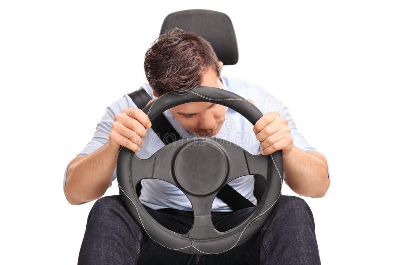 Motorista novo que dorme ao conduzir fotos de stock royalty free