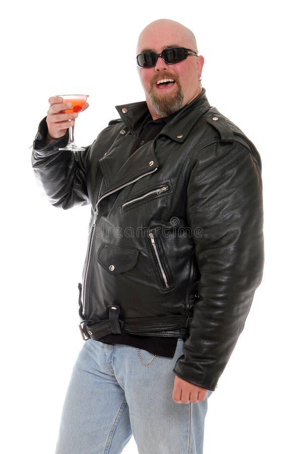 Motorista que goza de un martini fotografía de archivo
