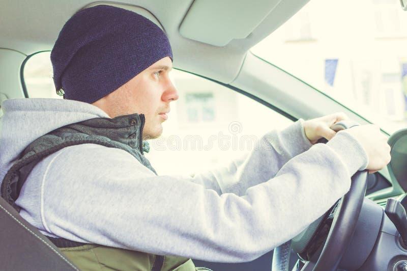 Motorista que pensa dentro do carro Condução segura imagens de stock