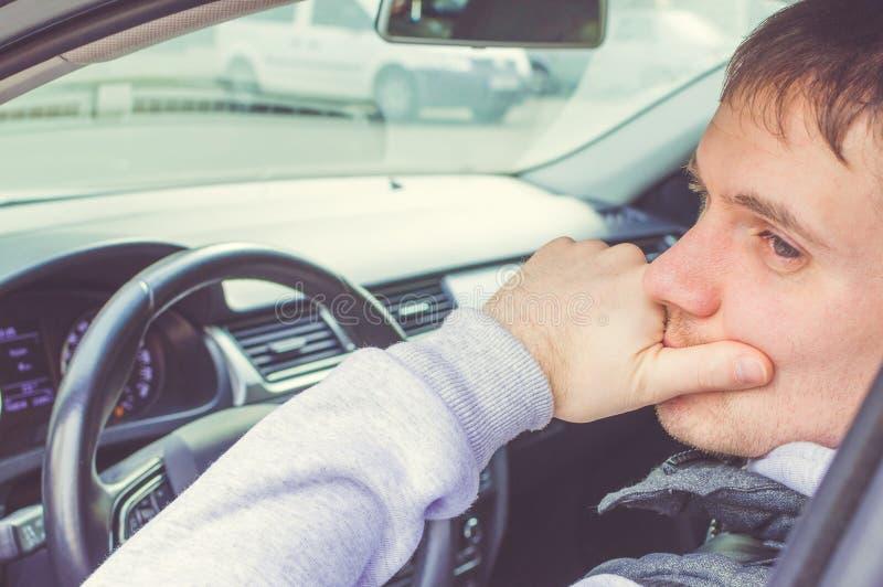Motorista que pensa dentro do carro Condução segura foto de stock royalty free