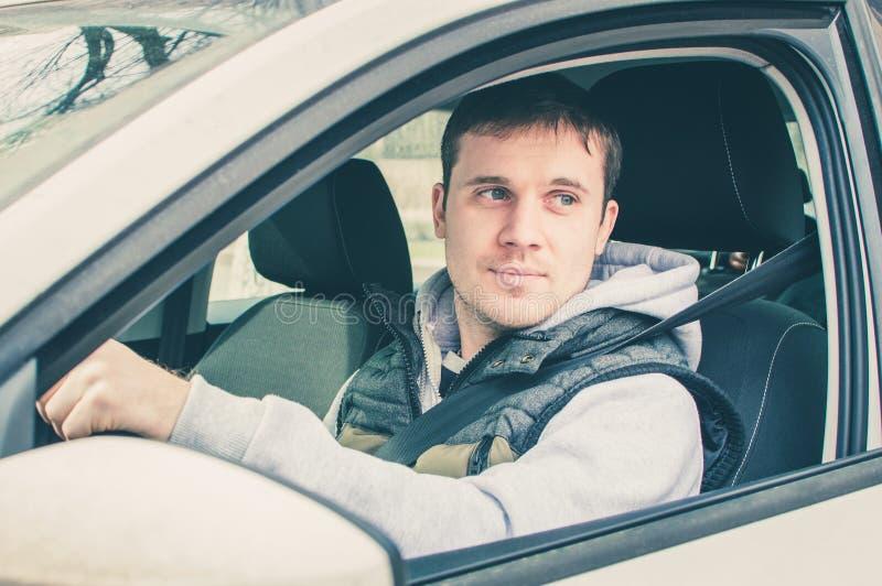 Motorista que pensa dentro do carro Condução segura fotografia de stock