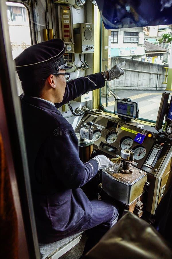 Motorista que trabalha na cabina do piloto do trem fotografia de stock royalty free