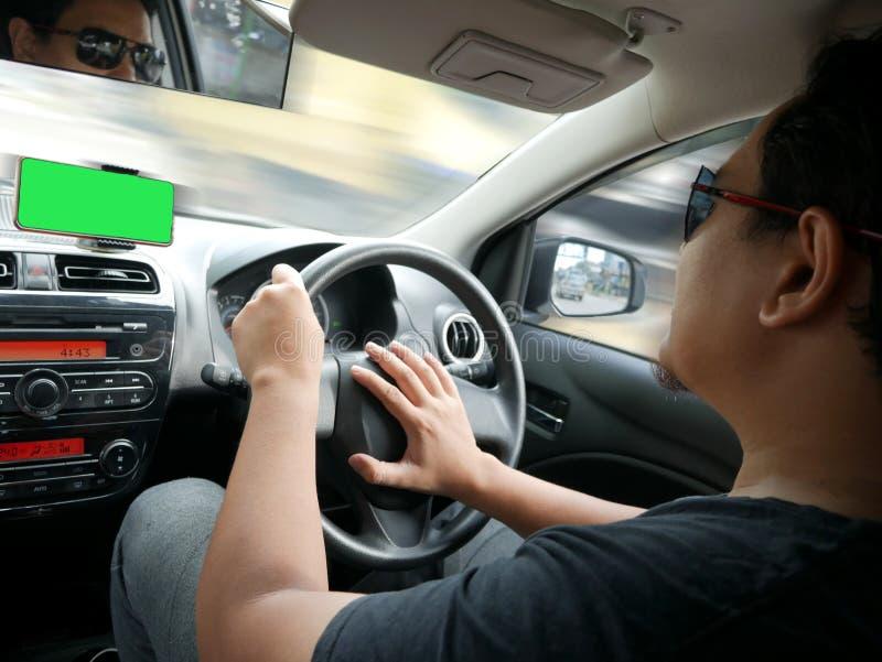 Motorista With Smart Phone no painel imagem de stock royalty free