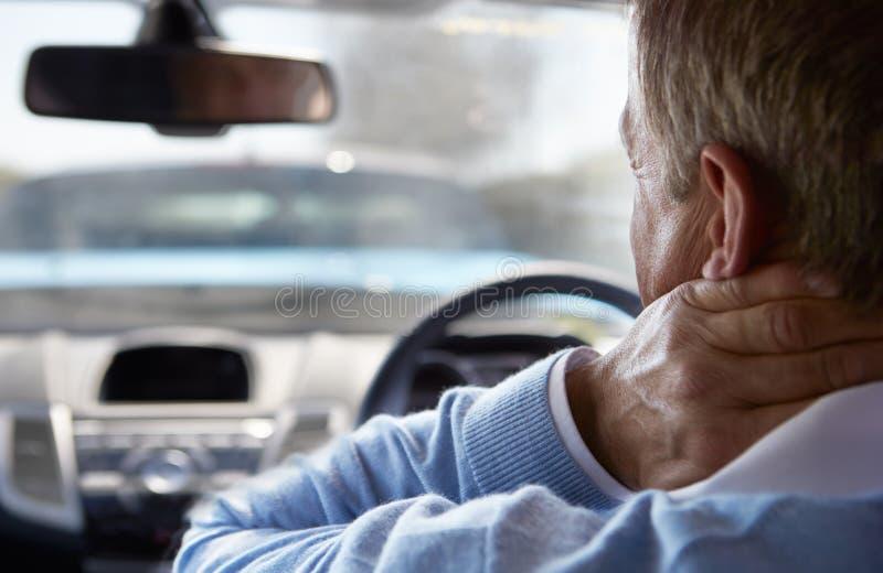 Motorista Suffering From Whiplash após a colisão do tráfego fotografia de stock royalty free