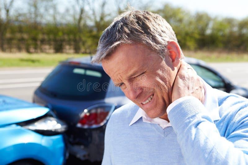 Motorista Suffering From Whiplash Após A Colisão Do Tráfego Foto de Stock
