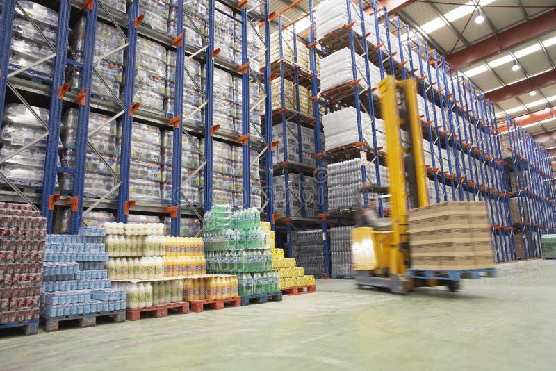 Motorista In Warehouse da empilhadeira foto de stock royalty free