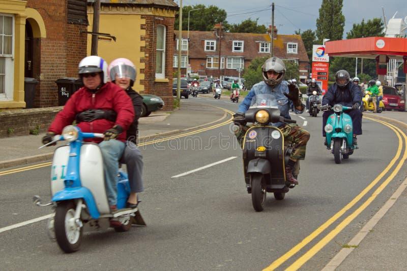 Motoristas en las vespas en la reunión en Rye en Sussex, Reino Unido imagen de archivo libre de regalías