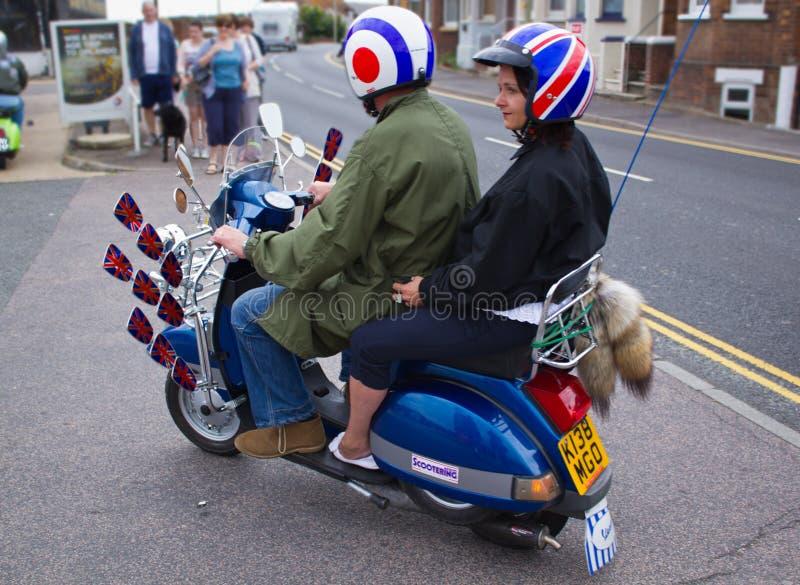 Motoristas en las vespas en la reunión en Rye en Sussex, Reino Unido foto de archivo