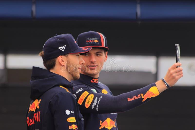 Motoristas Max Verstappen e Pierre Gasly da fórmula 1 que tomam o selfie imagem de stock