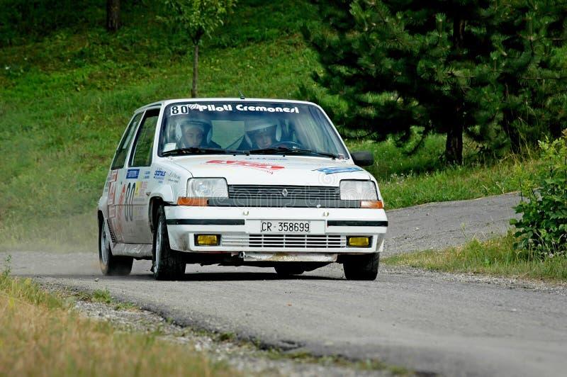 Motoristas não identificados em um carro de competência branco de Renault 5 do vintage imagens de stock royalty free