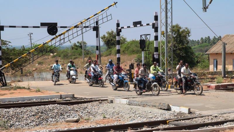 Motoristas que cruzan el ferrocarril indio fotos de archivo libres de regalías