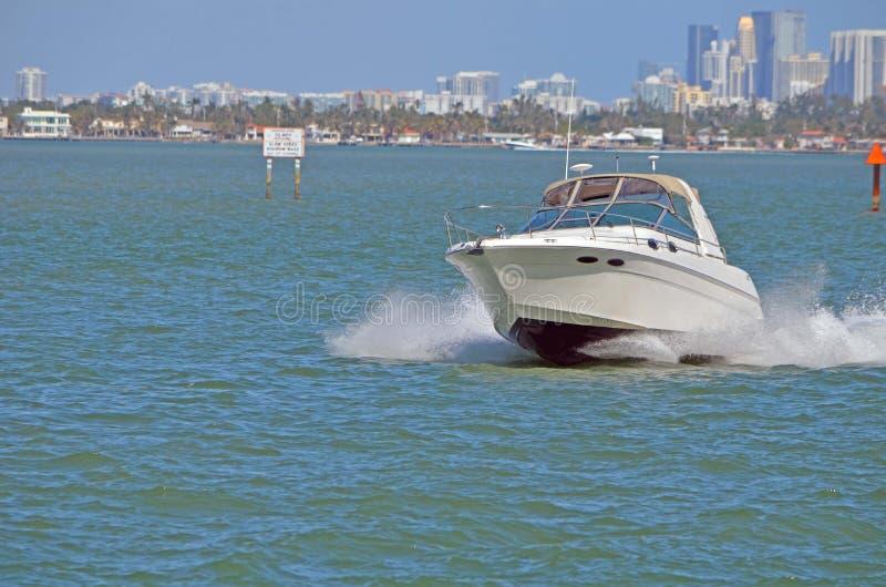 Motorjacht op de Intra-coastal Waterweg van Florida royalty-vrije stock foto