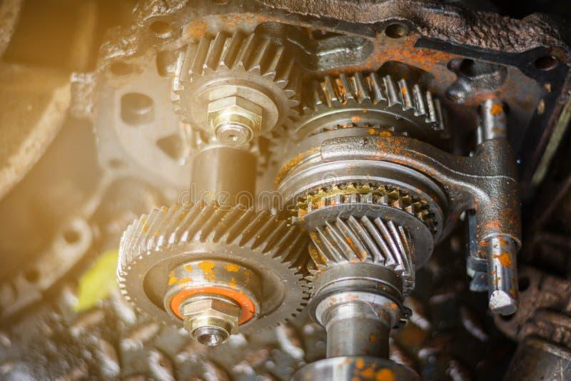 Motorkugghjulhjulet tar bort från bilen med smutsig olja royaltyfri foto