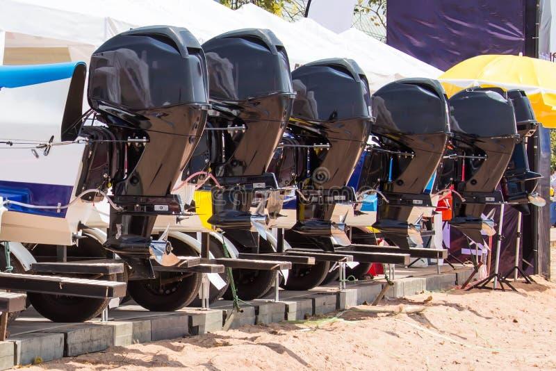 Motorn av snabba motorbåten som väntar till konkurrens i dammet arkivfoto