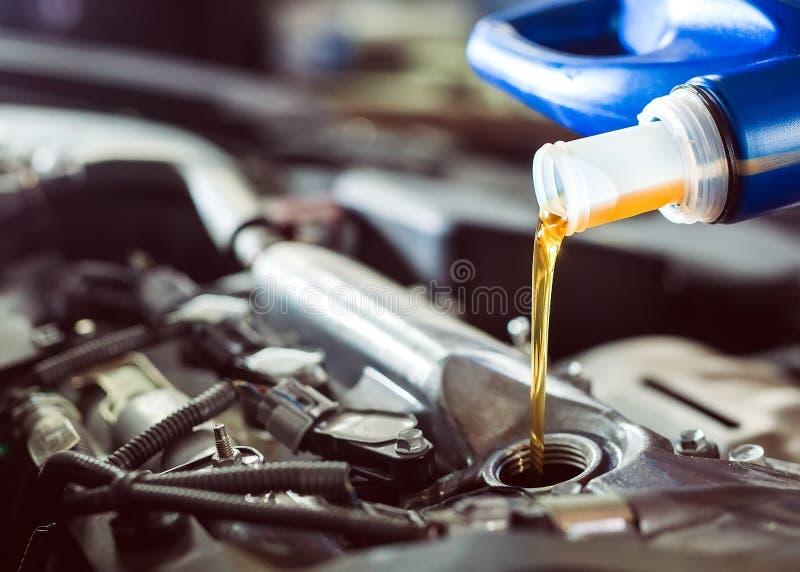 Motorolie het gieten aan motor van een auto De reparatiedienst royalty-vrije stock foto's