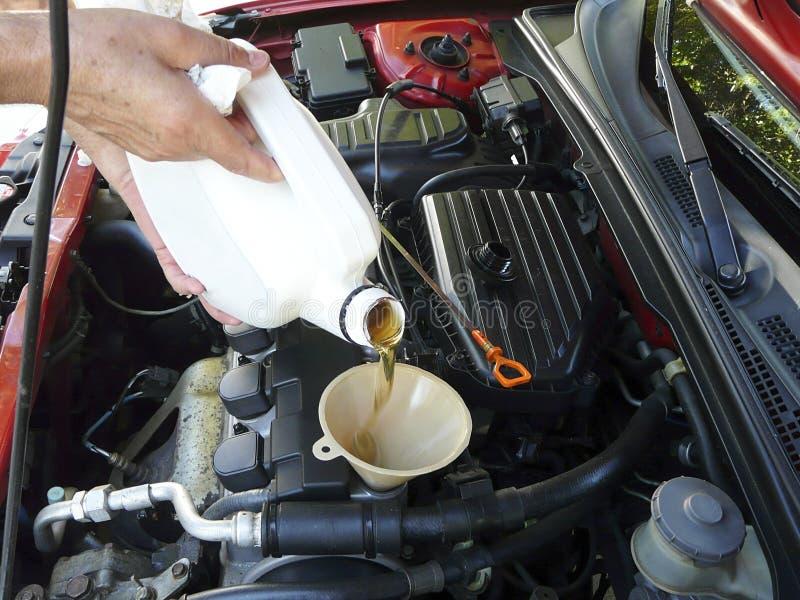 motorowego oleju dolewanie fotografia stock