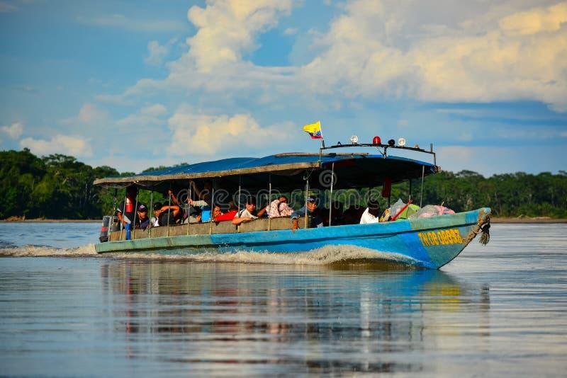Motorowej łodzi mknięcie na rzece obrazy royalty free