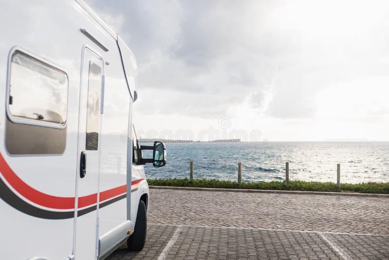 Motorowy dom parkujący przed morzem zdjęcia royalty free