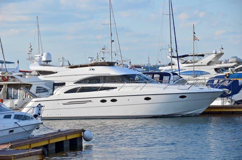 Download Motorowy jacht zdjęcie stock. Obraz złożonej z seafaring - 28962560