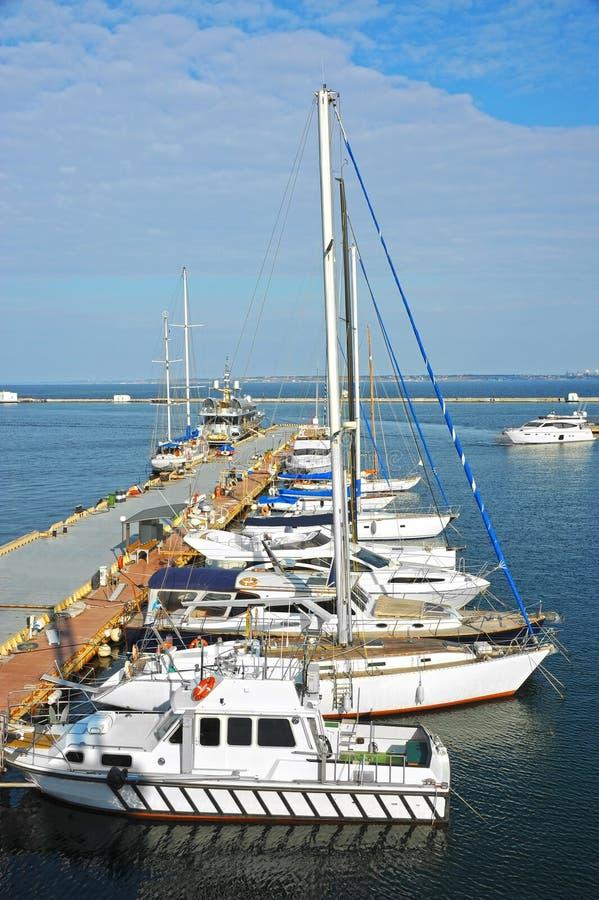 Motorowy jacht w jetty obraz royalty free