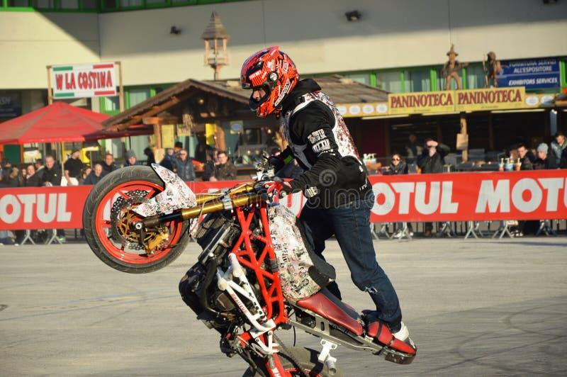 Motorowy roweru expo, wyczynu kaskaderskiego mężczyzna przedstawienia wheelup fotografia royalty free