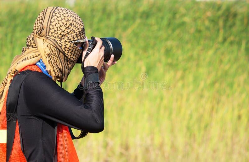 Motorowych sportów fotograf zakrywa głowę z płótnem na bl obraz royalty free