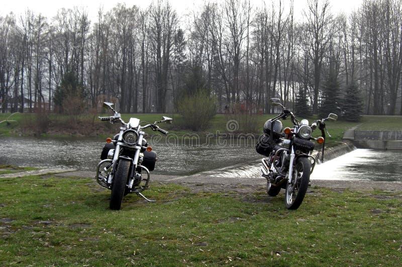 Motorräder auf der Flussbank stockfoto