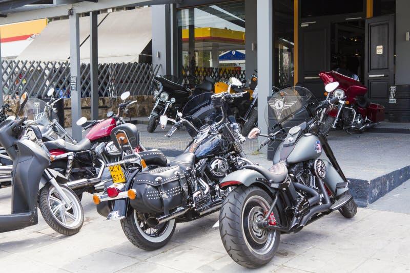 Motorräder geparkt in einem Motorradshop lizenzfreie stockbilder