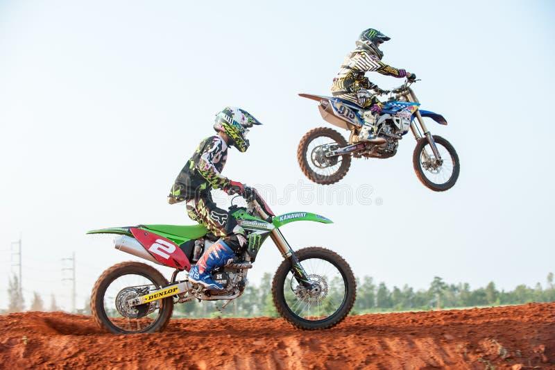 Motorräder im Staub lizenzfreies stockbild